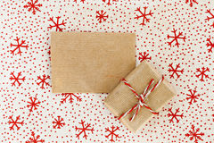 Mestiere e regalo in bianco della pergamena sul fondo del tessuto di Natale Immagine Stock Libera da Diritti