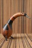 mestiere a forma di uccello dei colori marroni marroni con fondo di legno fotografie stock libere da diritti