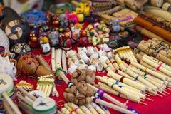 Mestieri artigianali peruviani variopinti e strumenti musicali andini fotografia stock libera da diritti