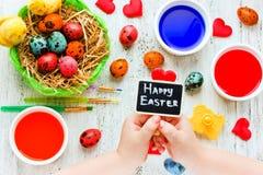 Mestieri casalinghi dei bambini di Pasqua Fotografie Stock