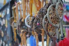 Mestieri indigeni e dreamcatchers di arte bei nel mercato Fotografia Stock Libera da Diritti