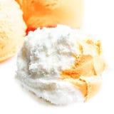 Mestoli bianchi della vaniglia della fine del gelato sulla macro Immagini Stock Libere da Diritti