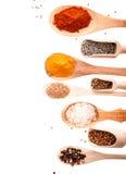 Mestoli e cucchiai di legno con le spezie assortite Fotografia Stock Libera da Diritti