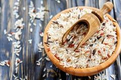 Mestolo in una ciotola con una miscela di quattro tipi di primi piani del riso Immagini Stock