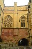 Mestramente catedral com seu Abovered Windows na cidade fortificada de Getaria Curso da Idade Média da arquitetura fotografia de stock