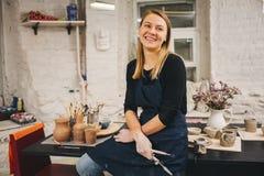 Mestre da cerâmica na classe do oleiro Fotografia de Stock Royalty Free