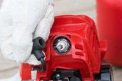 Mestre da manutenção de ferramentas da gasolina, verificações a vela de ignição, close-up foto de stock royalty free
