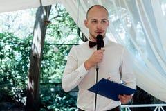 Mestre de cerimônias considerável à moda que executa o discurso para o brinde no casamento re fotos de stock royalty free