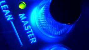 Mestre de gerencio do botão do close-up extremo com o indicador verde no tiro macro do console do volume filme
