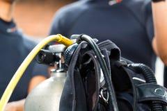 Mestre e estudante do mergulho na escola asiática do mergulho imagem de stock royalty free