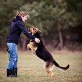 Mestre e seu cão obediente Imagens de Stock Royalty Free