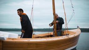 Mestre e seu trabalho assistente no veleiro de madeira video estoque