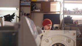 Mestre na máquina de lavar do reparo filme
