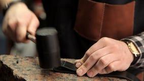 Mestre usar um martelo amordaça a peça da correia video estoque