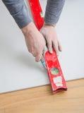 Mesurant et coupant la plaque de plâtre de gypse photographie stock libre de droits