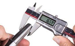 Mesure d'exactitude de pièce d'acier inoxydable par les calibres numériques Image stock