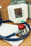 Mesure d'hypertension Traitement de la maladie de civilisation Coeur en difficulté Photographie stock libre de droits