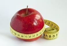 Mesure de bande avec Apple rouge 2 photos stock
