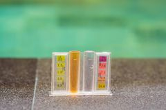 Mesure de chlore et pH d'une piscine photos libres de droits