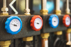 Mesure de thermomètre dans la température de processus et de mesure de fabrication, matériel électronique et signal envoyé au con Photographie stock