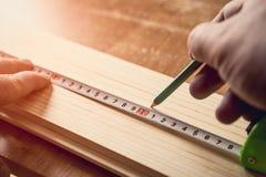 Mesure du conseil en bois images stock