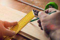 Mesure du conseil en bois photographie stock