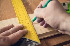 Mesure du conseil en bois photographie stock libre de droits