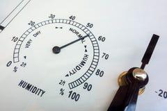 Mesures d'humidité Plan rapproché d'hygromètre d'instruments d'aiguille Conditions atmosphériques et paramètres météorologiques V photos libres de droits