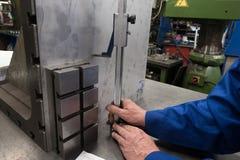 Mesures d'une plaque d'acier utilisant une planeuse images stock