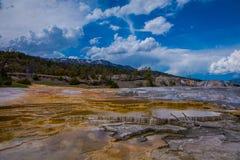 Mesy skały wzory przy mamoth gorącymi wiosnami w Yellowstone parku narodowym w pięknym słonecznym dniu i niebieskim niebie, zdjęcia royalty free