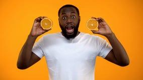 Met? afroamericana allegra delle arance, stile di vita vegetariano sano della tenuta dell'uomo fotografie stock