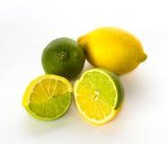Metà cambiate della limetta e del limone fotografie stock