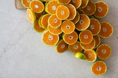 Metà dei mandarini sulla tavola Fotografie Stock