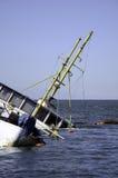 Metà dei passeggeri Sunken della barca fotografie stock