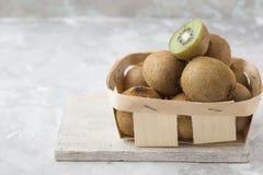 Metà del kiwi del qiwi isolata su fondo concreto bianco Taglio del kiwi dolce verde Alimento sano del kiwi Fotografie Stock Libere da Diritti