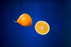 Metà del limone su fondo blu Fotografia Stock