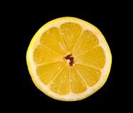 Metà del limone su un fondo nero Immagine Stock