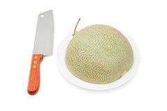 Metà del melone del cantalupo con il coltello isolato Fotografia Stock Libera da Diritti