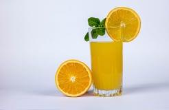 Metà dell'arancia e del succo Fotografia Stock