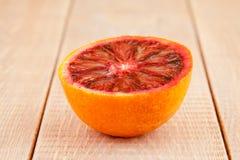 Metà dell'arancia sanguigna rosso sangue matura Immagini Stock