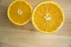 Metà dell'arancio sulla parte superiore Fotografie Stock Libere da Diritti