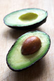 Metà dell'avocado fotografia stock libera da diritti