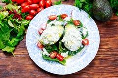 Metà dell'avocado farcite con la ricotta e le verdure Immagine Stock Libera da Diritti