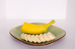 Metà della banana e fette 2 immagine stock