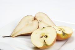 Metà della mela e della pera Fotografie Stock Libere da Diritti