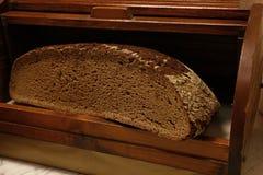 Metà della pagnotta nera del pane dell'artigiano della segale fotografia stock libera da diritti