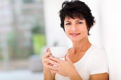 Metà di caffè della donna di età Fotografia Stock Libera da Diritti