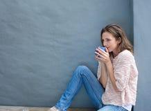 Metà di donna adulta attraente che gode di una tazza di tè Fotografie Stock