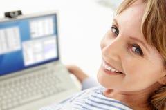 Metà di donna di affari di età che per mezzo del computer portatile Fotografie Stock Libere da Diritti