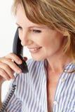 Metà di donna di affari di età sul telefono Immagini Stock Libere da Diritti